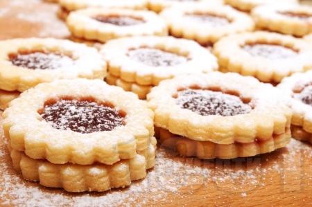 Домашни слепени сладки с мармалад от череши  и пудра захар - снимка на рецептата